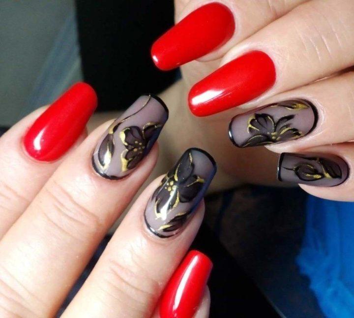 Бордовый маникюр с черными розами