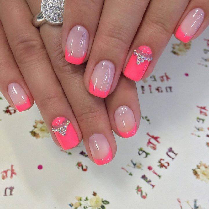 Маникюр розового цвета с цветами